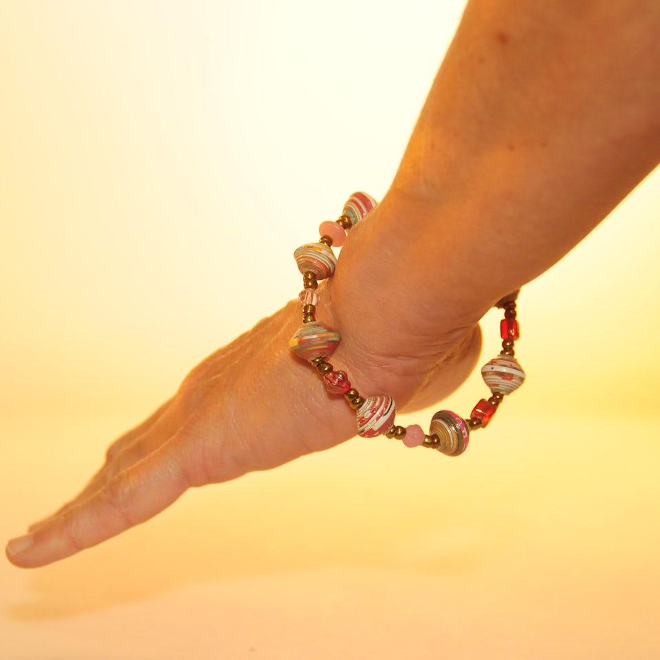 Vrolijk, gekleurde armband met roze