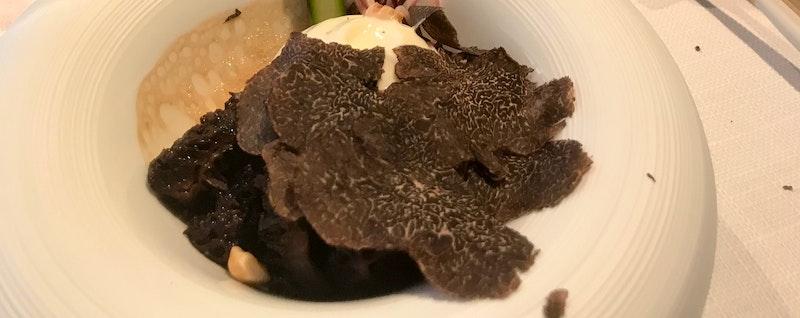 Barolo gepocheerd ei met zwarte truffel