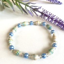 Armband van smalle paperbeads met glanzende kraaltjes - lichtblauw gemêleerd - A.302 -