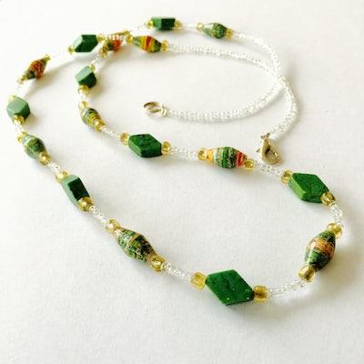 Ketting met smalle paperbeads en sierkraaltjes - groen - K.011