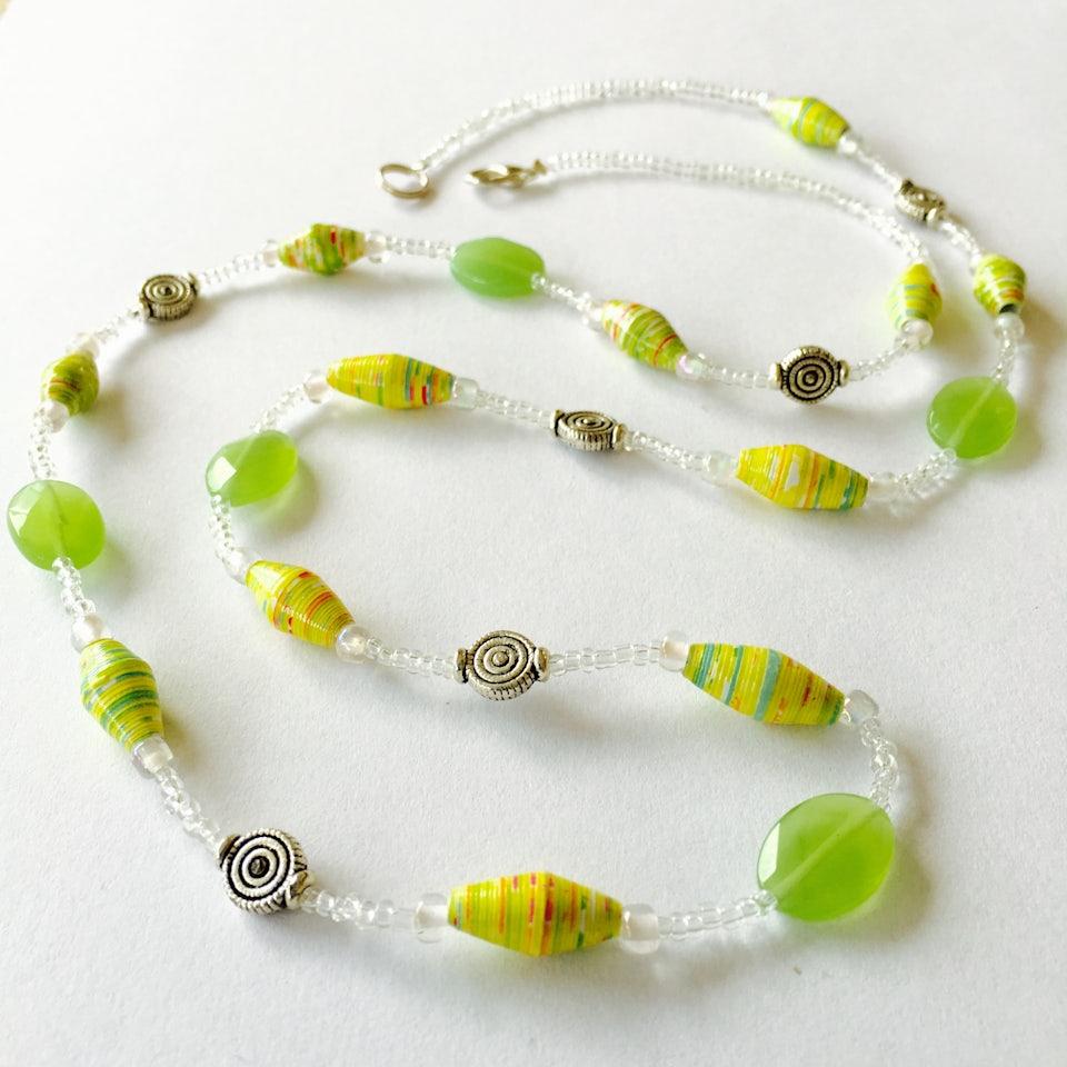 Ketting met smalle paperbeads en sierkraaltjes - helder groen - K.013