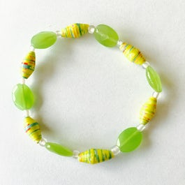 Armband van smalle paperbeads en glanskralen - groen - A.015 -