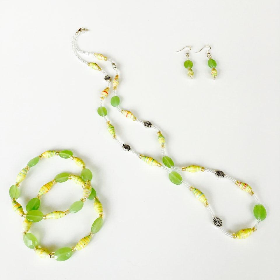 Ketting + 2 armbanden + oorbellen - lichtgroen/geel - S.004 -